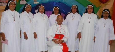 Accusing cardinal with seven nuns