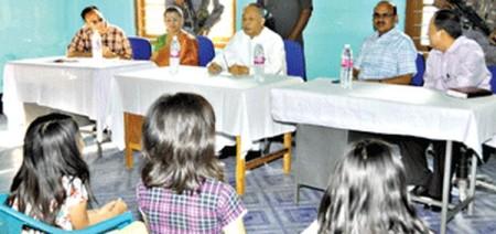 முதலமைச்சர் சிறுமிகளை சந்தித்து விவரங்களை அறிதல்