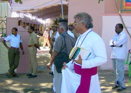 பிஷப் மாணிக்கம் பிரார்த்தனை நடத்த வந்தபோது அனுமதிக்கப் படவில்லை 2012