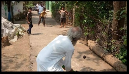 Sarangi playing cricket on the road