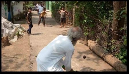 Sarangi playing cricket on the road
